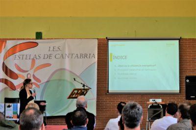 Cristina Sánchez durante su exposición en el IES Estelas de Cantabria